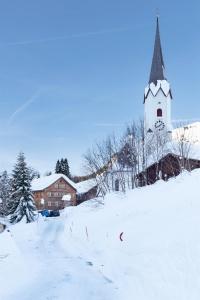 Pfarrhof mit Kirche